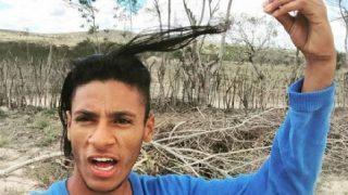 De catador de lixo a 'astro na web', jovem bomba com posts sobre rotina humilde