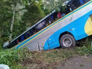 oiu 1 300x225 - Arataca: Acidente com ônibus deixa três mortos e pelo menos quinze feridos na BR-101 - o tempo jornalismo