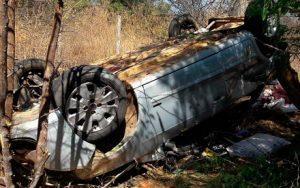 aci2 300x188 - Casal sobrevive após motorista perder controle da direção e capotar carro na BR-242 - o tempo jornalismo