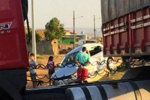 br 02 300x200 - Motorista morre após tentar atravessar BR e ser atingido por caminhão - o tempo jornalismo