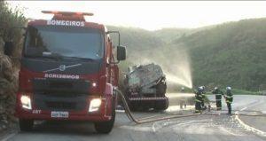 acidente 2 e1542547115706 300x159 - Motorista de caminhão que transportava gasolina morre após veículo se chocar contra barranco - o tempo jornalismo