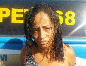Capturar 6 300x228 - Ilhéus: Mulher é flagrada com submetralhadora no Malhado - o tempo jornalismo