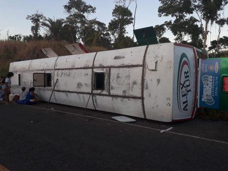 Ônibus tomba após colidir em animal na BR:330; diversas pessoas ficam feridas
