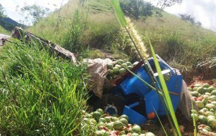 Caminhão carregado de melancias tomba na rodovia Ipiaú-Barra do Rocha