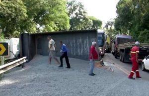 foto e1557918751577 300x193 - Batida entre caminhonete e caçamba deixa homem ferido na Ilhéus-Itabuna - o tempo jornalismo