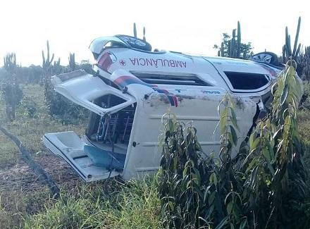 Ambulância capota ao ser atingida por carro de secretaria de Saúde na Bahia