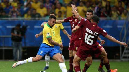 Brasil tem dois gols anulados pelo VAR, ouve vaias e só empata com Venezuela