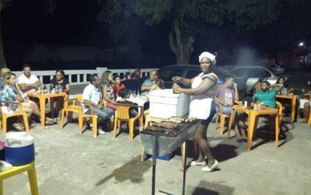 Sem atuar após saída do programa Mais Médica, médica vende churrasco na Bahia