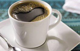 Tomar muito café aumenta chance de pressão alta em pessoas predispostas