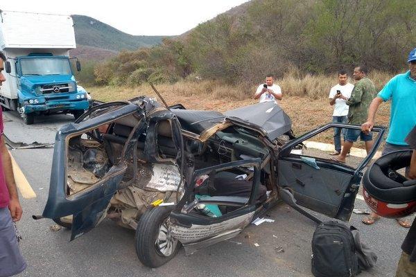 Colisão entre carro e caminhão deixa dois mortos na BR-116, no trecho de Jequié