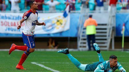 Com hat-trick de Gilberto, Bahia passa por cima do Flamengo