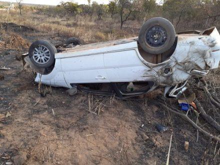 Jovem de 19 anos morre e namorada fica ferida após carro capotar na BR-020